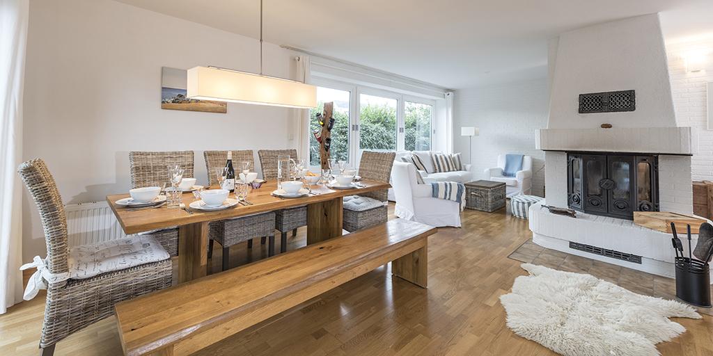 Wohnzimmer mit Kamin, Sitzecke und Esstisch Ferienhaus